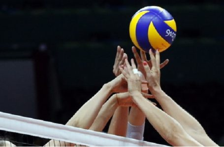 epa05464588 Monica de Gennaro (R) of Italy in action against Xiangyu Gong (L) and Qiuyue Wei (C) of China during the women's preliminary round volleyball match between China and Italy of the Rio 2016 Olympic Games at Maracanazinho indoor arena in Rio de Janeiro, Brazil, 08 August 2016.  EPA/JAVIER ETXEZARRETA